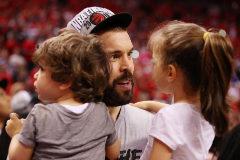Marc Gasol sostiene en brazos a sus dos hijos.