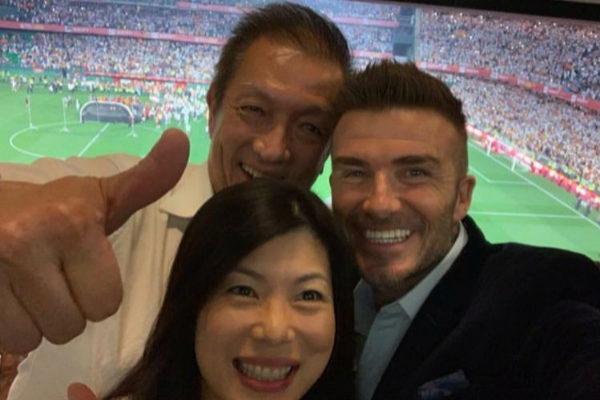 El propietario del Valencia, Peter Lim, junto a Beckham en la final del Villamarín.