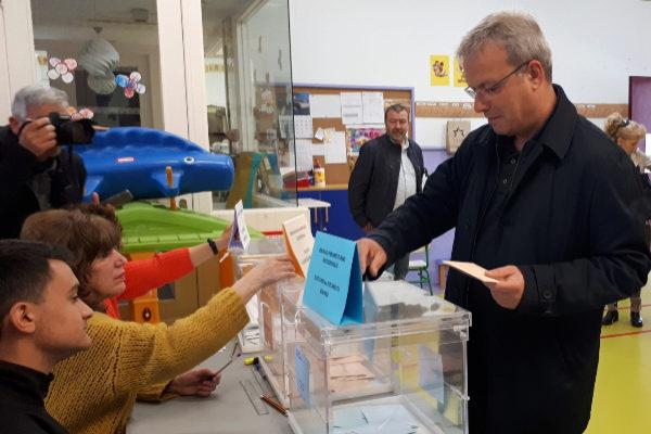 El socialista Alfredo Retortillo vota en Barakaldo.