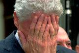 El ex presidente estadounidense Bill Clinton se cubre el rostro avergonzado.
