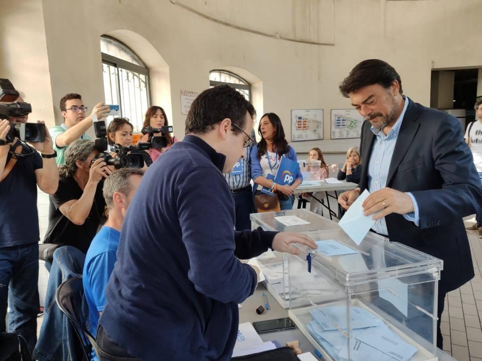 El alcalde y candidato del PP por Alicante ha votado esta mañana en su colegio electoral en el Mercado Central de Alicante.