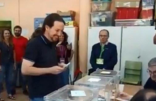 Elecciones: La apoderada de ERC que se quedó en sujetador a las miradas penetrantes