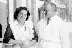 Imagen del Bar Biosca y, sobre estas líneas, Rafael Biosca y su esposa.