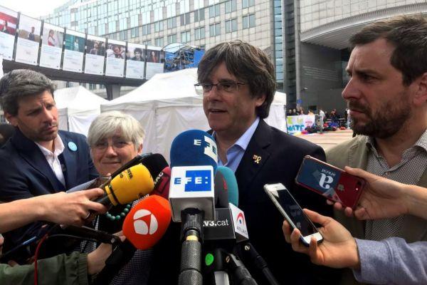 """GRAF8658. BRUSELAS.- El expresidente de la Generalitat huido a Bélgica y cabeza de lista de JxCat al Parlamento Europeo, Carles <HIT>Puigdemont</HIT>, ha afirmado este domingo que para él """"ganar"""" en estos comicios es """"que el independentismo supere el 50 %"""" en Cataluña. En declaraciones a los medios frente a la sede de la Eurocámara en Bruselas y acompañado de los también candidatos Clara Ponsatí y Toni Comín, <HIT>Puigdemont</HIT> ha confíado en que en la Eurocámara puedan estar """"todas las voces plurales del independentismo defendiendo la causa"""".-"""