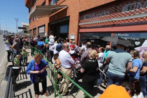 Miles de personas guardan cola desde primera hora de la mañana en el consulado rumano de Castellón.