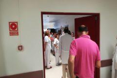 Un grupo de trabajadores y pacientes de un hospital público de la Comunidad Valenciana esperan al ascensor para salir del recinto clínico.