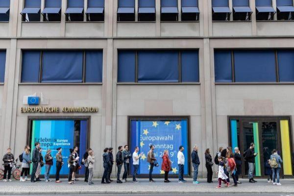 Ciudadanos esperan para votar en las europeas en Berlín.