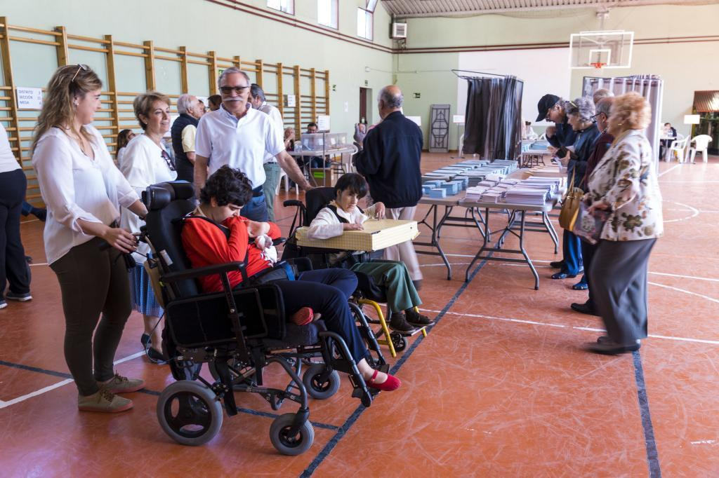 Sonsoles (izqda.) y Sol, ambas con parálisis cerebral, acuden a votar a un colegio de Madrid.