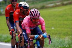 Carapaz y Nibali acosan a Roglic en la montaña rusa de Lombardía