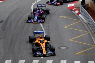 Sainz, a la salida de Loews, por delante de los Toro Rosso.