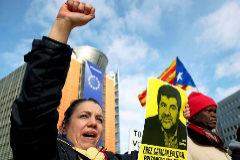 Partidarios del independentismo catalán se manifiestan, el pasado 12 de febrero, en Bruselas ante la sede de la Comisión Europea.
