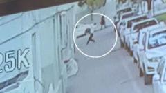 Un hombre coge al vuelo a un niño que caía de un quinto piso