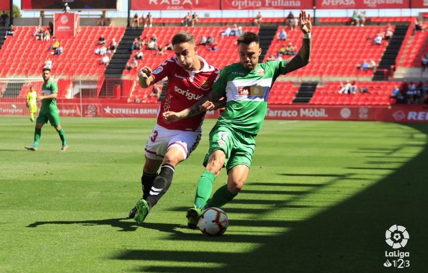 Una de las jugadas del partido disputado en el Nou Estadi de Tarragona.