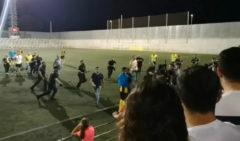 Impactante pelea en un campo de fútbol de Sevilla