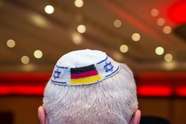 Un judío alemán porta una kipá con las banderas de Alemania e Israel, en 2014.