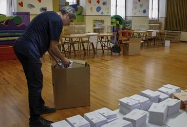 Preparativos en un colegio electoral en San Sebastián.