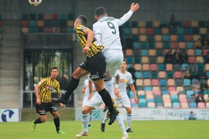 Una de las jugadas del partido, disputado en el estadio de Laesarre