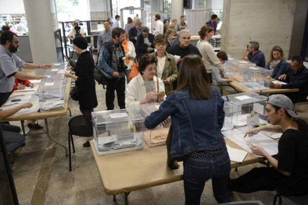 Votantes en un colegio electoral de Palma.