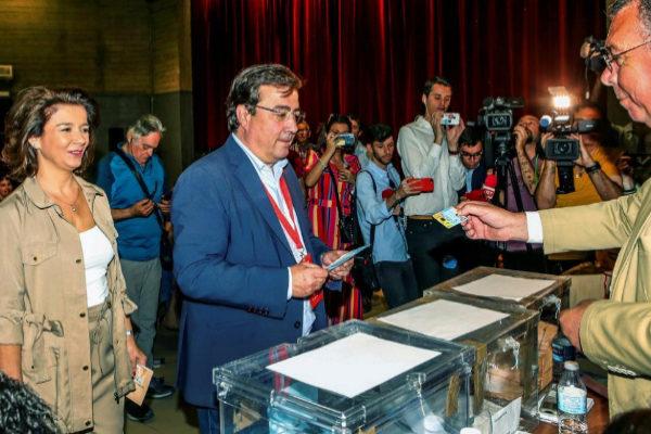 Guillermo Fernández Vara, candidato socialista a la reelección de la Junta extremeña, en el momento de votar.