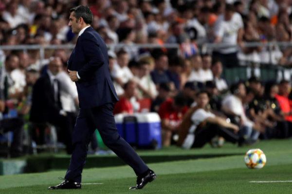 GRAFCAT9695. SEVILLA.- El entrenador del FC Barcelona, Ernesto <HIT>Valverde</HIT>, se retira a vestuarios en el descanso de la final de la Copa del Rey que su equipo disputa ante el Valencia CF esta noche en Estadio Benito Villamarín de Sevilla.