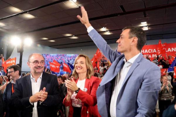 Javier Lambán (izqda.), junto a la candidata socialista al Ayuntamiento de Zaragoza, Pilar Alegría, y Pedro Sánchez.