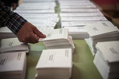 Papeletas para las elecciones municipales en un colegio electoral de Valencia.