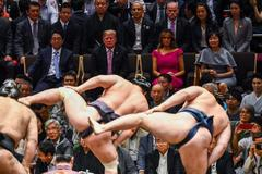 Trump sube a la arena de Ryogoku Kokugikan