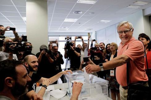 GRAFCVA4980. VALENCIA.- El alcalde en funciones y candidato de Compromís a la reelección, Joan <HIT>Ribó</HIT>, ejerce su derecho al voto durante la jornada electoral.