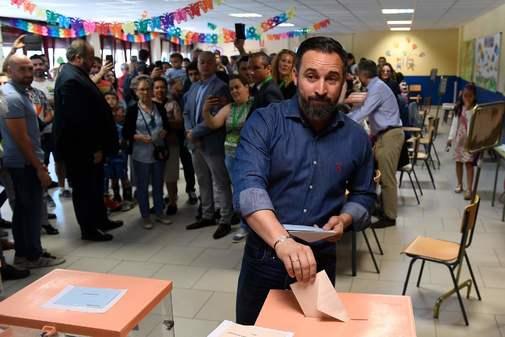 El líder de VOX, Santiago Abascal, votando.