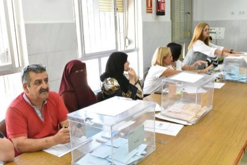 La presidenta de una mesa electoral en Ceuta, con burka.