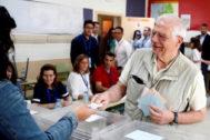 El candidato socialista a las europeas, Josep Borrell, vota en Madrid