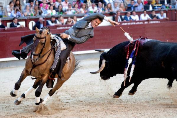 Banderilla corta al violín de Martín Burgos al tercer toro de Los Espartales.