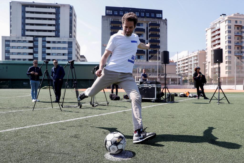 Sémper chuta un balón en un acto de campaña.