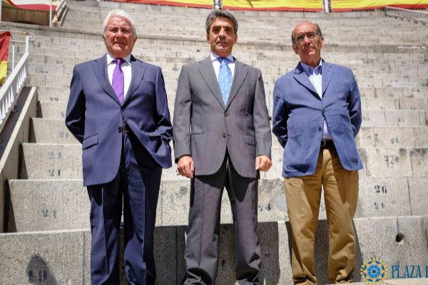 José Escolar, Victorino Martín y Adolfo Martín posan en el empedrado venteño a escasos días de lidiar en Madrid.