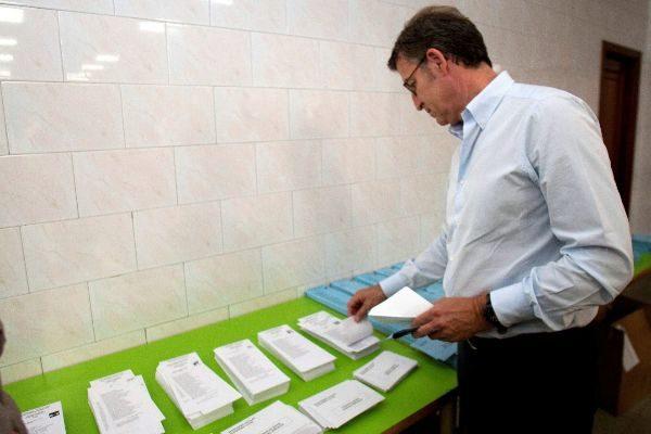 El Presidente de la Xunta de Galicia Alberto Núñez Feijóo, votando.