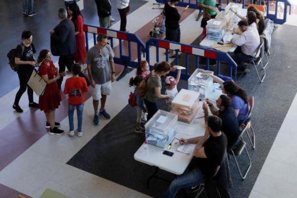 Gente votando en el colegio Jose Hierro de Rivas-Vaciamadrid.