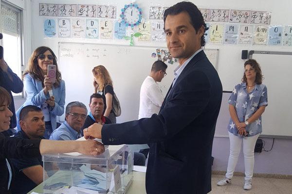 Eduardo Dolón (PP) votando este domingo en su colegio electoral.