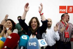 La candidata del PSOE para la Alcaldía de La Coruña, Inés Rey, celebra los resultados.