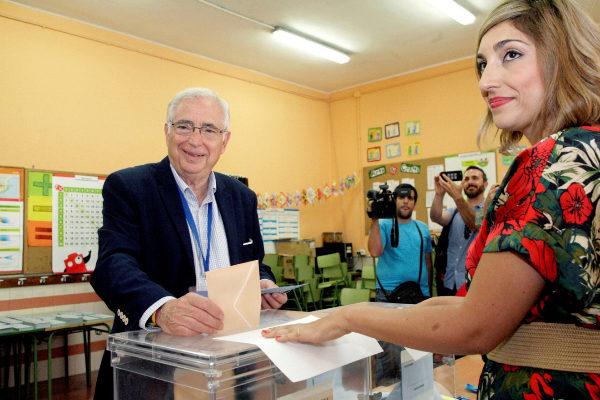 El presidente de Melilla, Juan José Imbroda, deposita su voto en una...