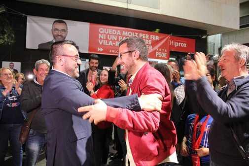 José Benlloch, abraza a Diego Vila, el edil número 13 de la lista, que se mantiene en el gobierno.