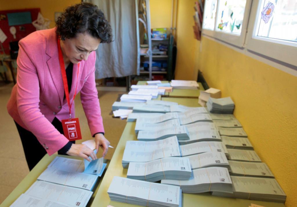 La ministra de trabajo, Magdalena Valerio, vota en Guadalajara