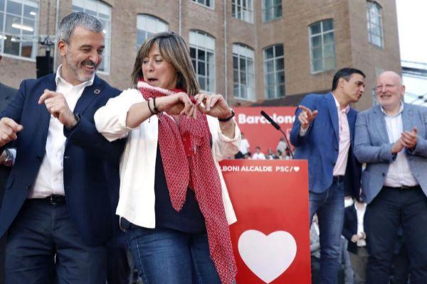 La alcaldesa de L'Hospitalet Núria Marín con el también socialista Jaume Collboni bailando en el acto de cierre de la campaña electoral del PSC, el pasado jueves, en el que también participó Pedro Sánchez.