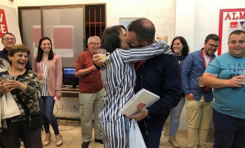 Merche Galí (PSPV), de Almassora, celebra el resultado besando a su marido.