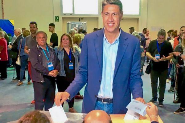 El 'popular' Xavier García Albiol el domingo depositando su voto en las urnas.