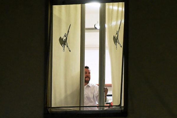 El ministro italiano del Interior, Matteo Salvini, llega a la sede de la Liga después de votar en Milán.