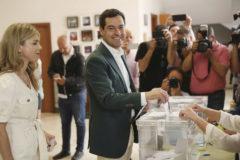 El presidente de la Junta, Juan Manuel Moreno, vota en el colegio Sagrado Corazón de Málaga.