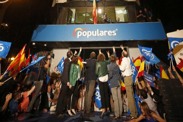 Los líderes del Partido Popular celebran los resultados electorales...