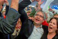 Los líderes y candidatos de Los Verdes celebran los resultados.