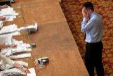 Un ciudadano británico observa las papeletas durante el recuento de las elecciones europeas, en Southampton.