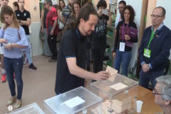 Iglesias vota bajo la penetrante mirada del apoderado de Vox